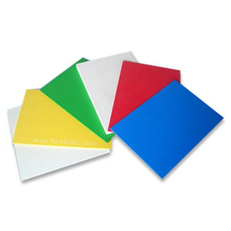 Materijal je tijekom godine razvijan u nekoliko različitih laboratorija, no prvi se put na tržištu pojavio godine. Pleksiglas (akril) spada u obitelj sintetičkih ili umjetnih plastičnih materijala, koji sadrže jedan ili više derivata akrilne kiseline.